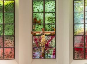Unter vier Entwürfen wurde jener von Markus Hau ausgewählt und in den Fenstern verwirklicht. Foto: HS Darmstadt, Gregor Schuster.